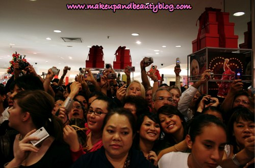 paris-hilton-fans-cameras-can-can-valley-fair-mall