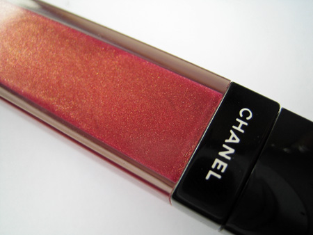 chanel-aqualumiere-gloss-ironic-tonic-closeup-closed