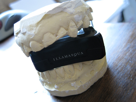 illamasqua-powder-eyeshadows-in-mah-teeth-yo