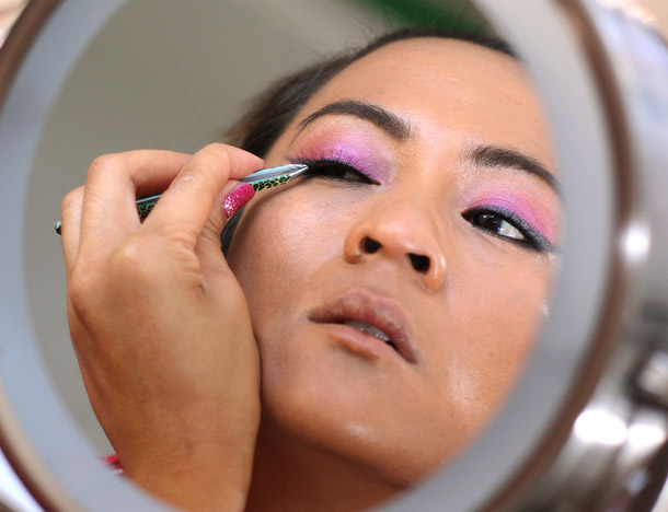 how to apply false lashes tutorial