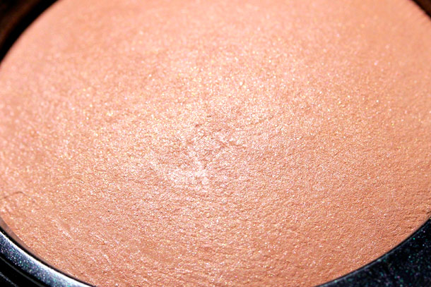 mac amber glow mineralize blush closeup