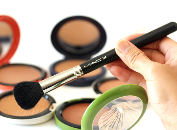 MAC 109 Small Contour Brush in hand