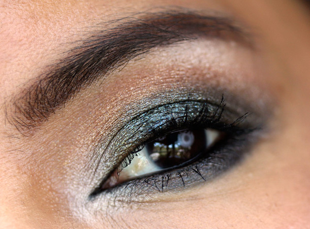 MAC Tropical Taboo FOTD eye with Mineralize Eye Shadows in Bossa Blue, Cha-Cha-Cha and Dare to Bare