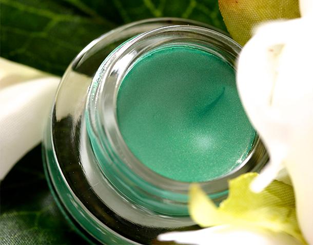 MAC Sassy Moss Fluidline, a vivid green