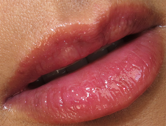 chanel les tentations de chanel holiday 2010 makeup swatches review photos collection glossimer pink pulsion lip closeup