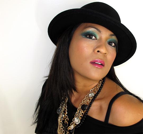 karen from makeup and beauty blog wearing mac a tartan tale moonlight night pigment 3