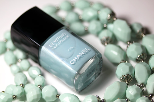 chanel riva le vernis nail colour review swatches photos with necklace