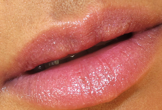essence lipstick kiss you swatch lip