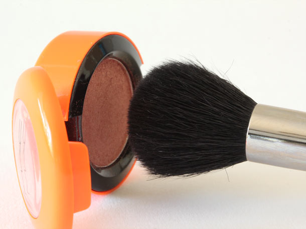 MAC 109 Small Contour Brush with shadow