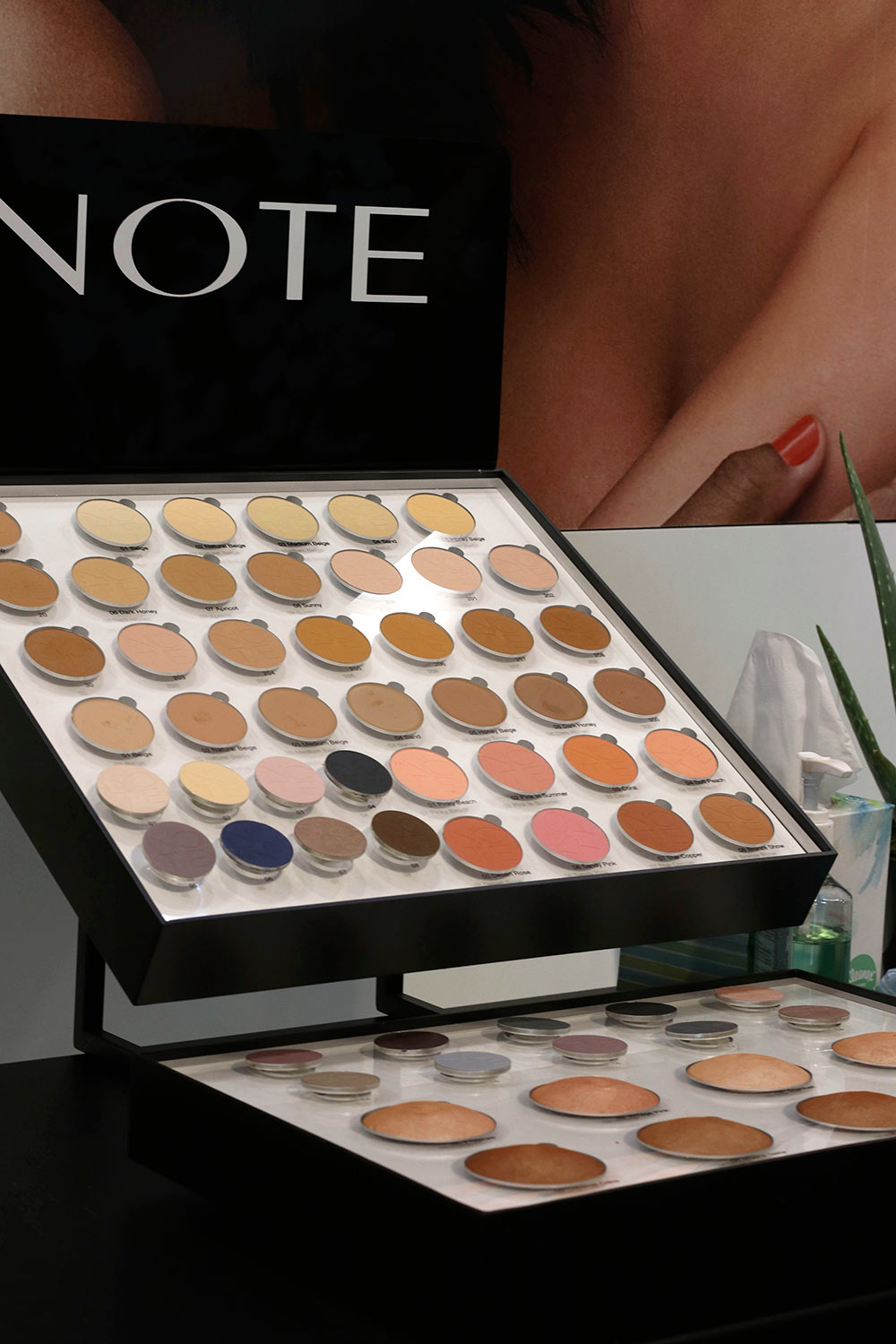 note cosmetics display